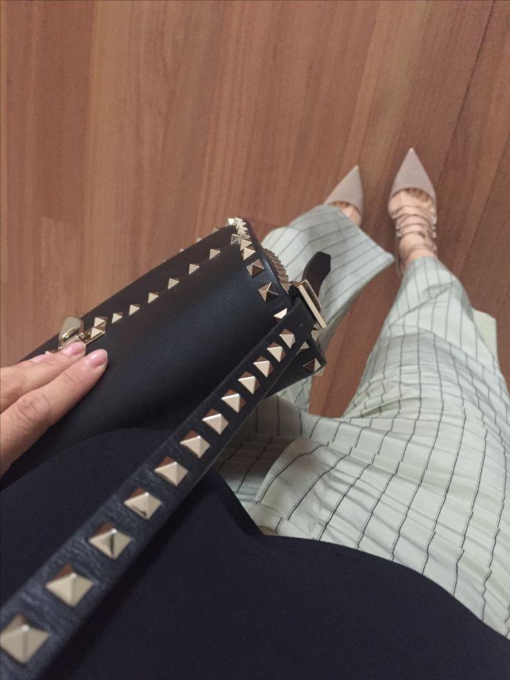 BAG Valentino Garavani Rockstud. Shoes Jimmy Choo. Pants ALYSI. Blusa ZARA