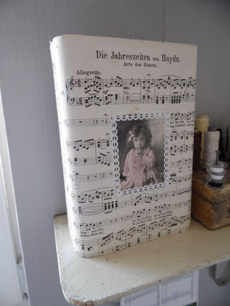 """Mein kleiner """"Papierkorb"""" an meinem Arbeitsplatz...aus einer alten Kakaodose..."""