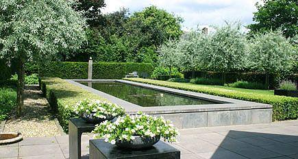 http://www.tuindesign-ten-horn.nl Tuinarchitect - tuinontwerp. Moderne strakke eigentijdse grote achtertuin met grote vijver en groot gazon in Limburg.
