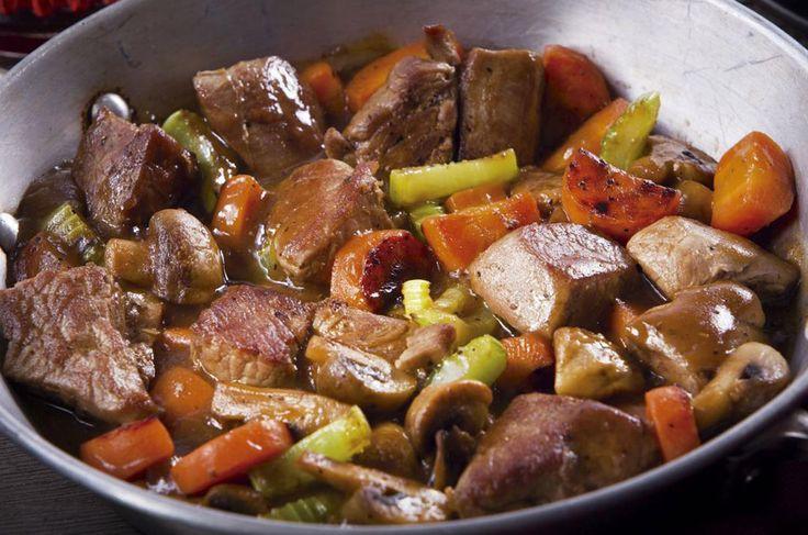 Cocinar la carne en un estofado permite que los jugos de la carne se mezclen perfectamente con los demás ingredientes.