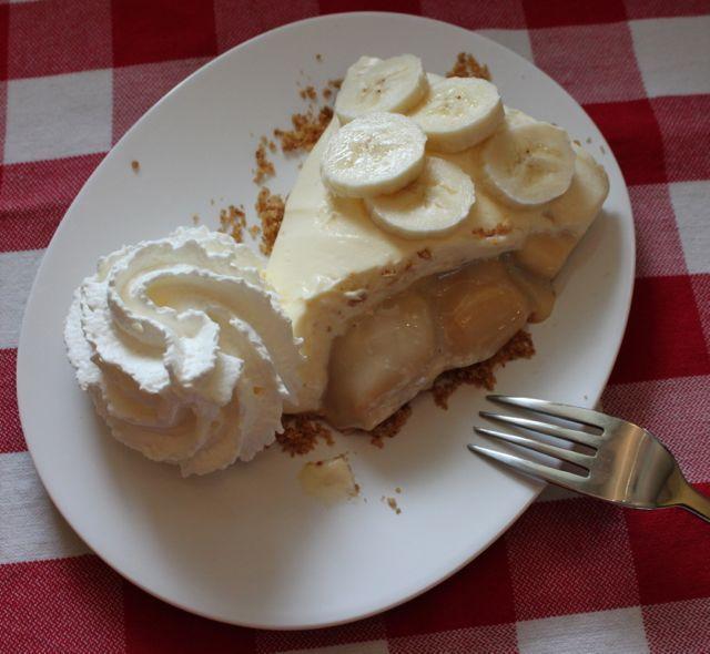 Banoffee pie: wie kent het niet!? Yum, yum, yum! Banoffee taart (banoffi of banoffy) is een Engels dessert van bananen, room en toffee van gekookte gecondenseerde melk (of dulce de leche), hetzij een gebakje op basis van een bodem gemaakt van verkruimelde koekjes en boter. Sommige versies van het recept bevatten ook chocolade en/of koffie.HetRead More