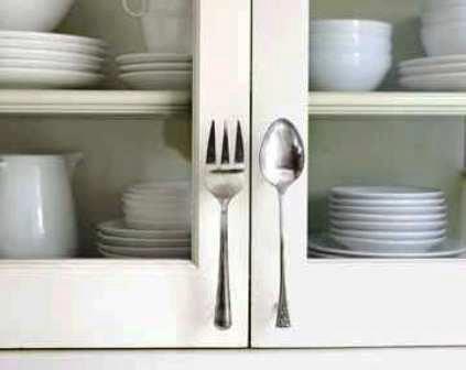 ¿Qué mejores tiradores para los armarios de la cocina que unos cubiertos?