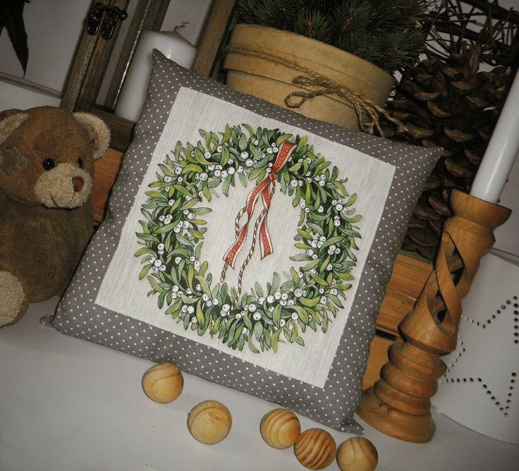 Polštářek+se+jmelím+Malý+dekorativní+polštářek+s+našitou+zažehlovací+aplikací+s+obrázkem+vánočního+věnečku+Díky+malým+rozměrům+je+ideální+pro+použití+jako+dekorace+na+okenní+parapet,+polici,+na+stůl,+lavici.+Milá+dekorace,+která+přispěje+k+vánoční+atmosféře+a+zútulní+Váš+interiér.+Uvedená+cena+včetně+výplně+z+dutého+vlákna+(100+%+polyesterová...