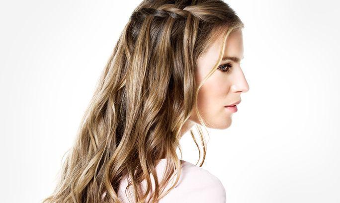 Коса Водопад -Шаг за шагом - Как сделать - Beauty Edit | Oriflame 1 Раздели волосы на прямой пробор и завей их с помощью щипцов. Совет: чтобы сделать романтические пряди, при завивке локонов держи щипцы по диагонали. 2 Собери часть волос возле лба и на макушке и раздели волосы на три пряди. Затем начинай  3 При плетении используй пряди, которые находятся все ниже и ниже от макушки, создавая эффект водопада. Продолжай плести дальше, до самого затылка. 4 После того, как ты закончишь плести…