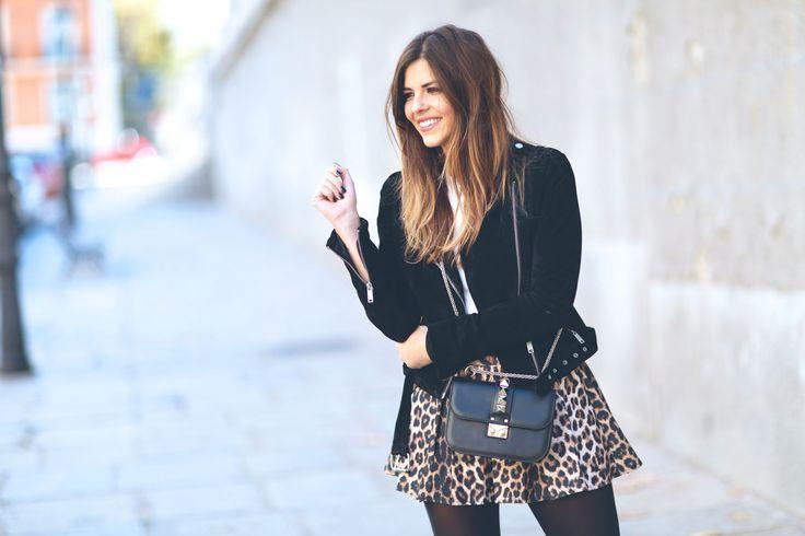 TRENDY TASTE' combina el leopardo con botines y chaqueta perfecto  Look #colettemoda! > http://www.colettemoda.com/producto/falda-estampado-leopardo/