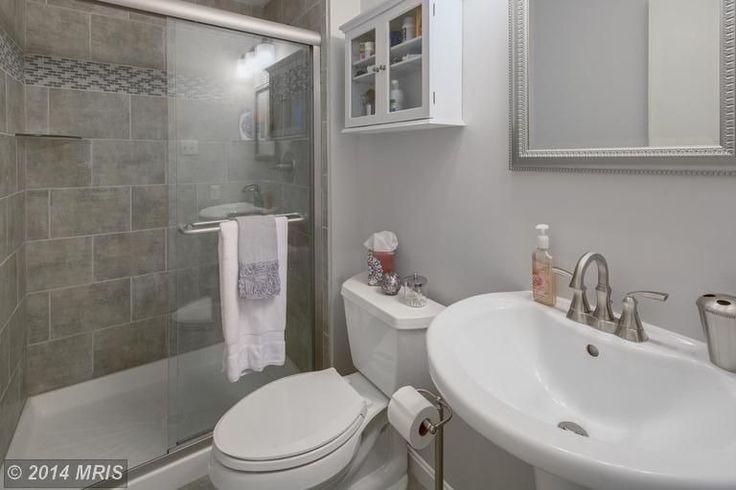 Traditional 3 4 bathroom with daltile cliff pointe 6x18 for Daltile bathroom ideas