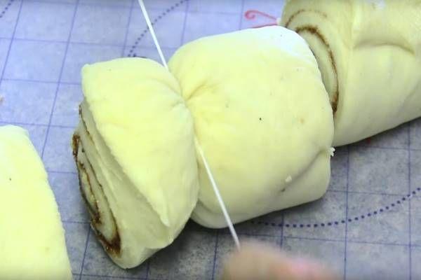 Feltekeri a tésztát, majd elköti középen. Várd meg mi lesz belőle, ha kijön a sütőből! (videó)