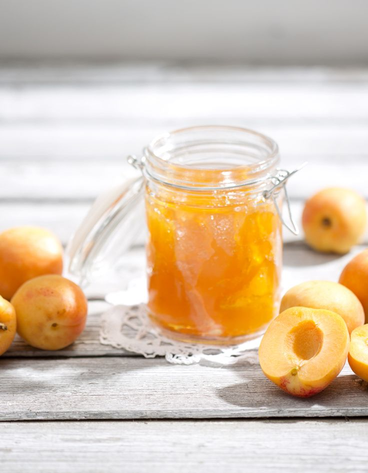 Recette Confiture abricot Thermomix : Ouvrez les abricots en deux, retirez les noyaux, mettez les oreillons dans un bol du Thermomix avec le sucre, le jus de ci...