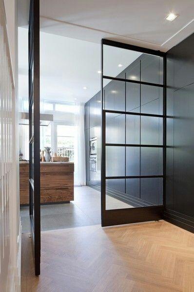 Taatsdeuren tussen woonkamer en keuken. Handig voor volwassenen/kinderen splitsen tijdens feestje ;-)