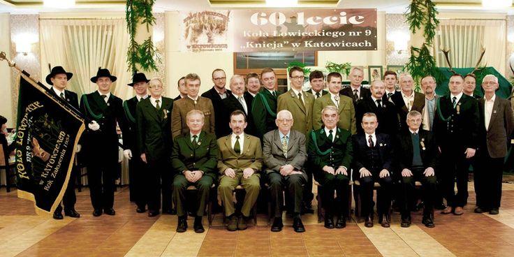 """60 lat KŁ """"Knieja"""" z Katowic. Koło powstało w czerwcu 1954 roku z inicjatywy 10 przedwojennych myśliwych, którzy wydzierżawili ponad 21 tys. ha w powiecie przemyskim. Dzisiaj 34 myśliwych prowadzi gospodarkę na terenie obwodu o powierzchni około 5400 ha w powiecie lublinieckim. Od 10 lat koło posiada sztandar odznaczony w 2009 roku Złomem, prowadzi własną kronikę, a także utworzyło stronę internetową www.kniejanr9.katowice.pl."""