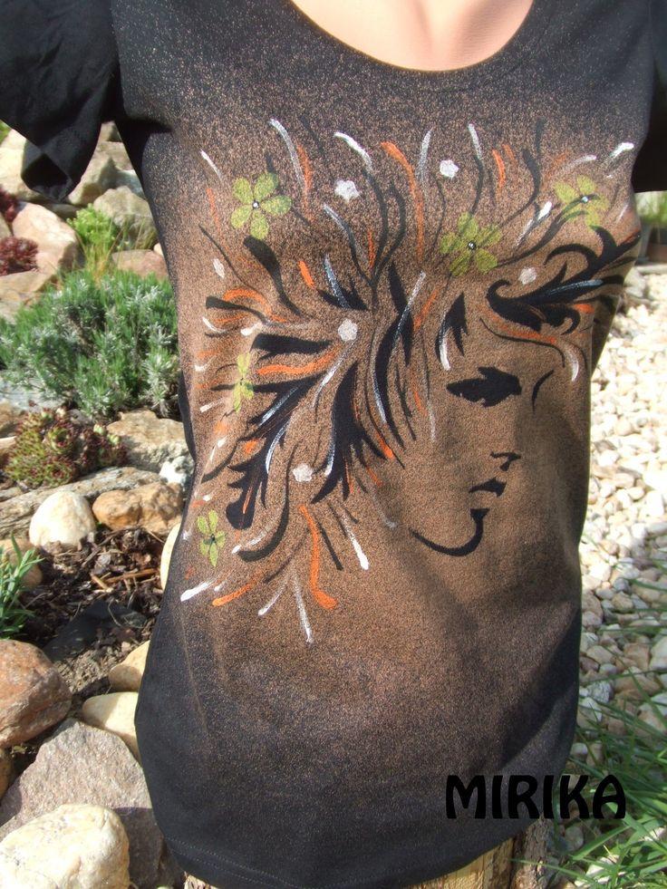 Magic hair Bavlněné  tričko s motivem dívky s rozevlátými vlasy. Základem je technika savování a je doplněna tupováním, tiskem a malbou od ruky. V kvítkách jsou vlepeny kamínky swarovski. Velikost trička je 38