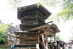 福島県会津若松市一箕町の飯盛山の中腹にある会津さざえ堂は正式名称は円通三匝堂といいます  建物の中に入ると上りと下りでそれぞれ一回転半ずつ合計三回転することが名前の由来です 上りと下りが異なる通路になっているという世界的にも珍しい建築で世界の名建築100選に選ばれました  1796年にお寺の一施設として建立されましたが明治の神仏分離令のために廃寺となり現在は建物の中に8代藩主松平容敬ゆかりの絵額が掲げられています  tags[福島県]