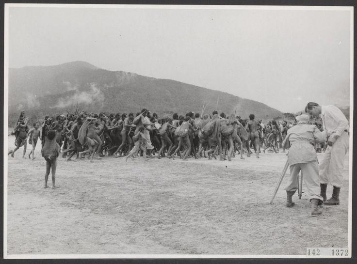 Dansende Papoea's worden gefilmd na aanleg van een vliegveld bij het Tigi-Meer (maart 1955)