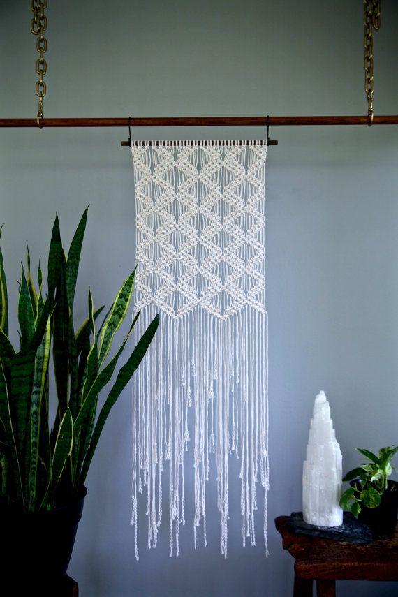"Colgante de pared de macrame - cuerda de algodón Natural blanco en 18"" pasador de madera - patrón del diamante Art Deco - Boho Home Decor - listo para enviar"