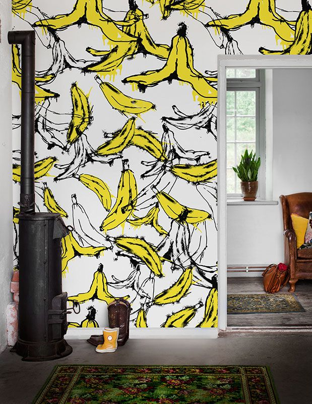 Here we combine the design of the '80s with the prevailing fruit trend. The result is a crazy wall with yellow and black-and-white bananas that energizes the entire room. #bananas #wallpaper #wallmurals