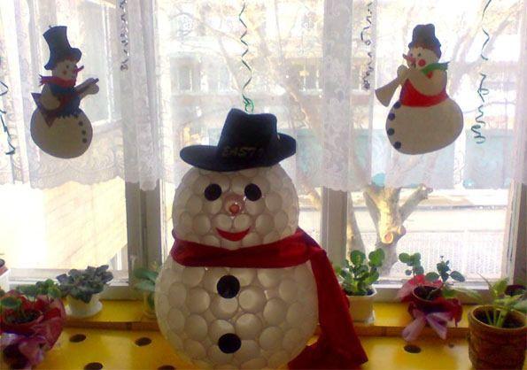 Muñeco de nieve de vasos descartables