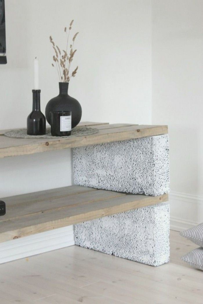Een paar celbetonblokken en wat stoere planken en kijk, wat een superleuk meubel kun je dan maken.
