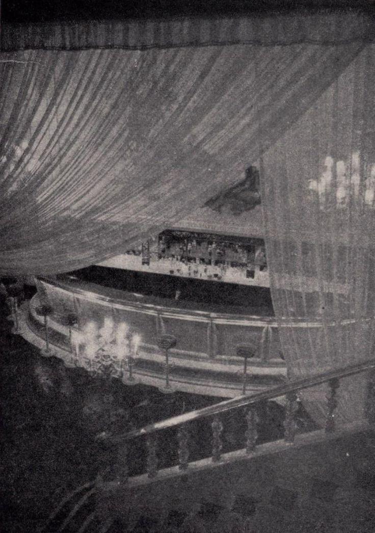 """Sala Pasapoga, Madrid.1953. Sala de fiestas situada en los bajos del cine Avenida, en el número 37 de la Gran Vía. La palabra """"Pasapoga"""" fue un acróstico formado con las dos primeras letras del apellido de cada uno de sus cuatro propietarios: Patuel, Sánchez, Porres y García. Se caracterizaba por su planta en forma de herradura, al modo de los teatros tradicionales, y su exuberante decoración, con columnas y pinturas murales imitando frescos antiguos."""