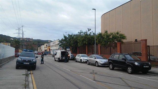 La Guardia Civil inspecciona furgonetas en los alrededores de varias imprentas en Barcelona