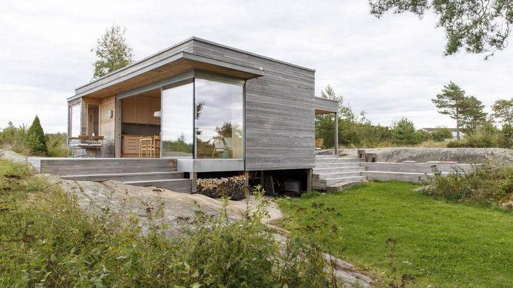 PÅLER: Hytta er bygd på påler for å skåne landskapet. Trappen til høyre gir sitteplasser ned mot terreng. Gorm Kallestad