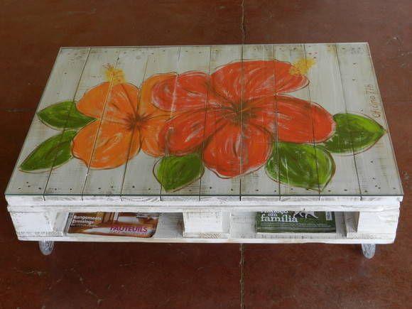 mesa feita com pallet pintada a mão sem vidro e com rodízios. R$ 420,00