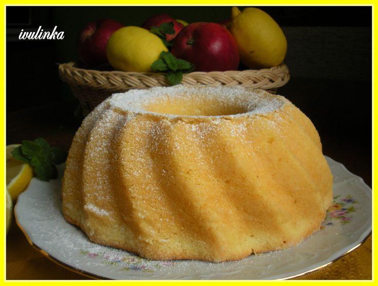 Změklý tuk utřeme s mouč. cukrem a vanilkovým cukrem do pěny, vmícháme žloutky a citronovou kůru a šťávu, přiléváme vlažné mléko střídavě s...