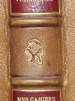 """Bonnet phrygien : détail de la décoration de la reliure de """"Mes cahiers rouges"""" par Maxime Vuillaume (1844 – 1925)"""