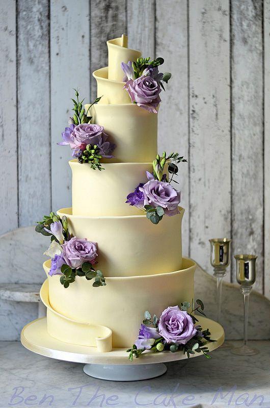 Tarta de chocolate blanco con motivos florales morados #WeddingCake