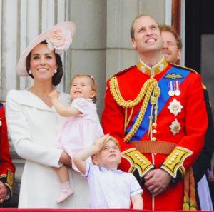 Кейт Миддлтон не может управиться с дочерью http://womenbox.net/stars/kejt-middlton-ne-mozhet-upravitsya-s-docheryu/  Принц Уильям и герцогиня Кейт с дочкой Шарлоттой и сыном Джорджем instagram Кейт Миддлтон не может управиться с дочерью Юлия Малинина 13 июня 2016 16:08 Кто помогает герцогине воспитывать маленькую