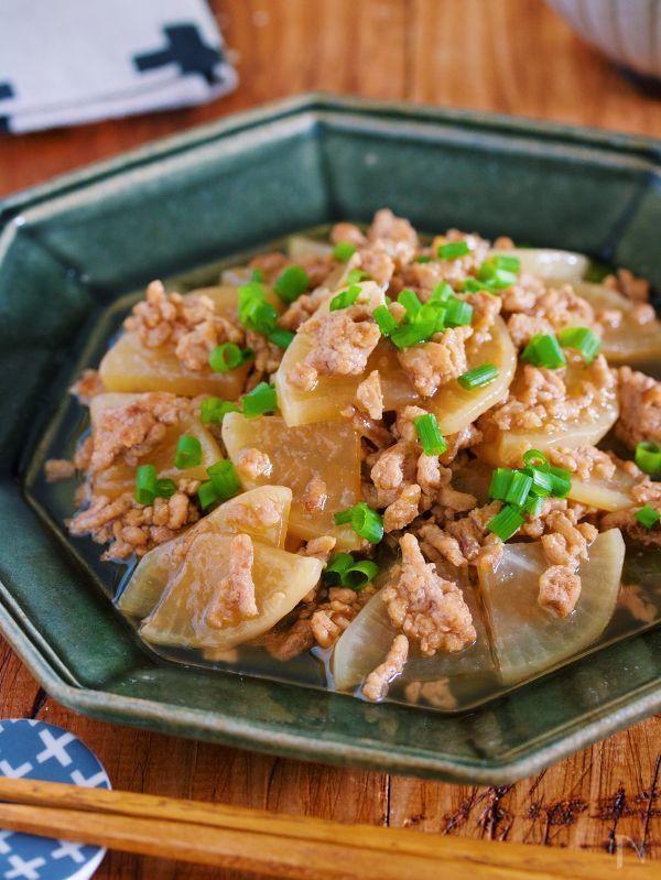 大根とひき肉を使った  超簡単時短煮物。    大根は、薄切りにすることで  短時間でもしっかり味がしみしみに。    また、調味料もめんつゆだけと  とってもお手軽♪    とろみをつけているので  ご飯に乗せて  丼仕立てにするのもオススメです!     ★フォローやクリップ、そしてメダル送付、ありがとうございます♪励みになっております!★