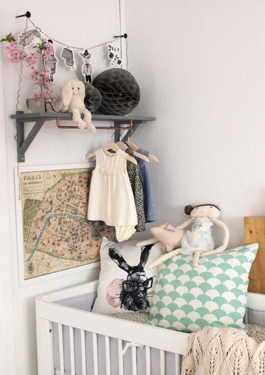 Inredaren Pernilla Janzzon lade nyligen upp de här fina bilderna som gör mig väldigt inspirerad! De är tagna i hennes dotters rum och jag älskar kombinationen av grått och pasteller. Hur fint...