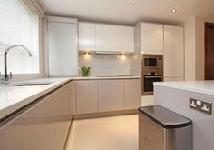 Handleless white and cashmere high gloss doors with composite worktop