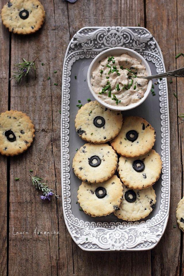 Biscuiti de post cu masline si rozmarin o reteta de biscuiti fragezi fara oua, unt sau lapte. Biscuiti aperitiv de post cu masline si rozmarin