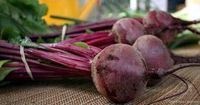 La remolacha proporciona muchos beneficios de salud, las raíces de remolacha ayudan a bajar la presión arterial, mientras que las hojas podrían fortalecer su sistema inmunológico.