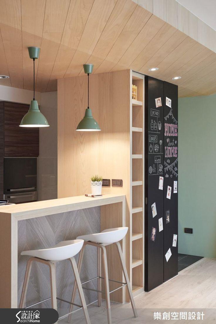 北歐家庭予人最大的意象之一便是「重視家庭歡聚時刻」,設計師以此為設計主軸,利用大量的木質建材,為採光優良的 30 坪小窩成功注入北歐風格特有的親密家庭氛圍,佐以繽紛小物的元素,點亮溫馨親子情!  玄關落塵區設置仿板岩磚的超耐磨木地板,以色調與室內空間做出區隔,穿鞋座椅上方特意設置圓柱形懸吊設計,搭配轉角的落地黑板門片,相當具有俏皮的童趣精神。擁有大面積採光優勢的室內空間,採全開放設計,客廳、書房與餐廚空間的場域分配呈現簡易的「品」字動線,僅以吧台進行場域區隔,讓全家人在公領域的互動毫無阻礙,同時也符合北歐人「無私開闊」的生活概念。以超耐磨木地板,搭配天花實木皮包覆設計與色調輕淺的開放式展示櫃,讓溫潤的實木質感滿盈室內,提升居家溫度;嫩芽綠牆面則更添自然休閒的視覺亮點。主臥與兒童遊戲間延續公領域的清新氛圍,利用更加溫柔的色調呈現在牆面,營造清爽的舒眠空間。  小編的最愛 將櫃體的滑軌門片噴上黑板漆,就能擁有專屬一家人的大型留言塗鴉板,除了充滿趣味性之外,更蘊藏著寓教於樂的機能性。