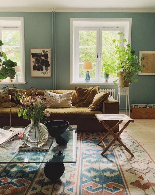 Cool Livingroom With Velvet And Sage Walls Stue Vaeg Dagligstuedesign Dekoration