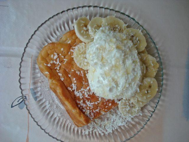 Hunaja-kookospannukakkua banaanin ja jogurtin kera