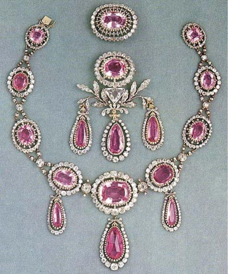 The Swedishfamilyown this pink topaz demi-parure, originallya gift from Paul I of Russia, created from the finest Russian pink topazes.