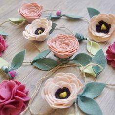 Guirlande de fleurs en feutrine. idéale pour décorer une chambre de petite fille. rose poudré, rose anglais et