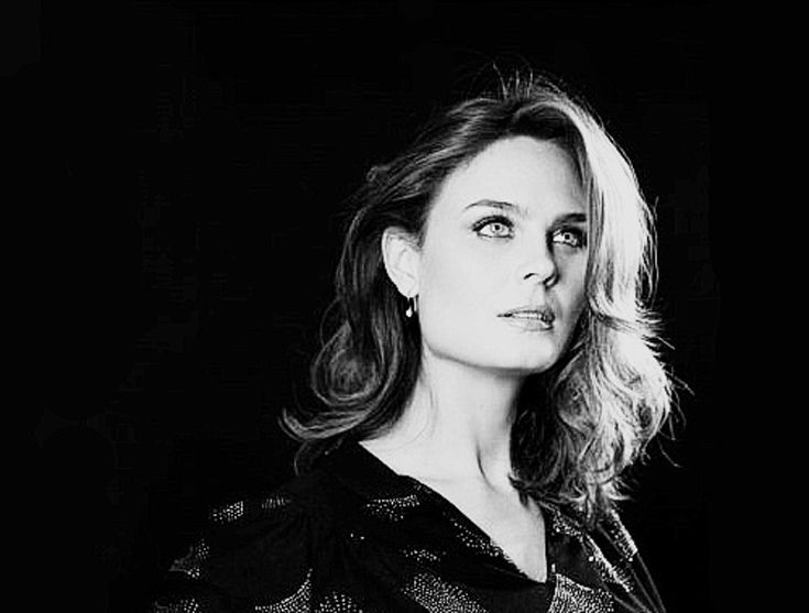 Emily Deschanel, American actress, television and film producer, has a DP / Director father, actress mother and sister, and is of French, Swiss, Dutch, English and Irish descent