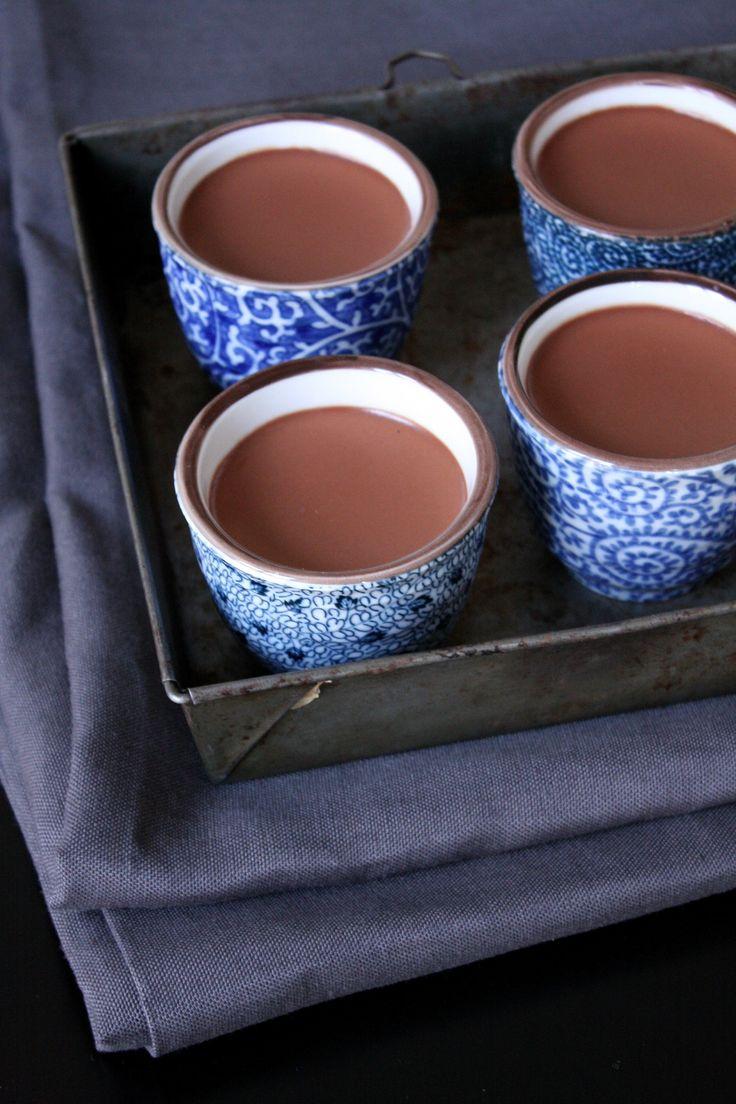 Petits pots de crème au chocolat ultra crémeuxPour 8 pots de taille moyenne 750g de crème fleurette 250g de chocolat dessert (Pour plaire au plus grand nombre j'utilise uniquement du chocolat à 55% mais la recette préconise une faible portion de chocolat à 70%) faire fremir la créme ajouter hors du feu le chocolat puis reporter a fremissement en fouettant quand le lait re fremit compté 3 mn faire refrigeré une demie journée