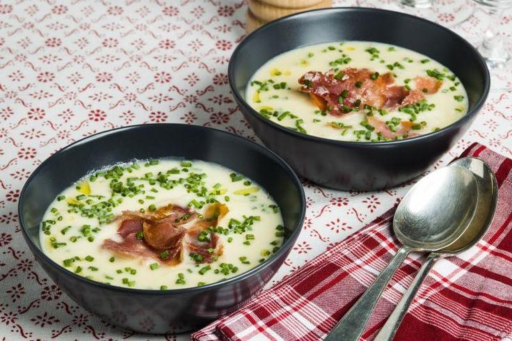Fyldig potetsuppe med rømme og sprø skinke