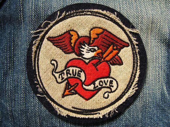 アメリカントラディショナルタトゥーのシンボルをリデザインし刺繍いたしました。 ハートの上に羽ばたくイーグルがカッコいいですね!!厚さがあり、しっかりとしたワッ... ハンドメイド、手作り、手仕事品の通販・販売・購入ならCreema。