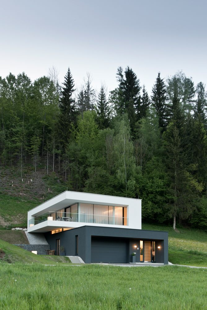 Nurglasfassade (Stufenglas, emailliert) mit integrierten Drehtüren und Hebeschiebetüren. Architektur: KREINERarchitektur www.kreinerarchitektur.at Fotos: Volker Wortmeyer