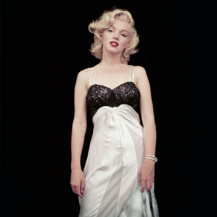 This was the second look for their first photo session for Look magazine. (The shots were taken over the course of three days.) Despite her sprained ankle, Monroe can be seen standing here.