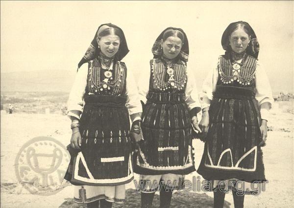 Εορτασμοί της 4ης Αυγούστου: Γυναίκες από τη Μακεδονία, περιοχή Φλώρινας, στην Ακρόπολη. ΤόποςΑθήνα Χρονολογία1937 Αρχείο/ΣυλλογήΚΟΤΖΙΑΣ, ΚΩΣΤΑΣ