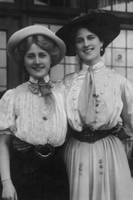 The Dare sisters by Foulsham & Banfield, 1900′s. Sing I-Day