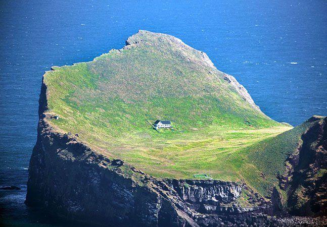 Também conhecida como a casa de Bjork, a casa mais isolada do mundofica na pequena ilha de Elliðaey, ao sul da Islândia. Ela tem intrigado a web por estar no meio do nada. Afina, quem gostaria de viver no meio de uma rocha varrida pelo vento, sem árvores e sem ninguém à vista? A verdade é que a casa, não é realmente uma casa. É um alojamento construído por caçadores especializados em caçar papagaios-do-mar, uma práticamuito comum na Islândia. Antigamente, a ilha abrigava uma comunidade de…