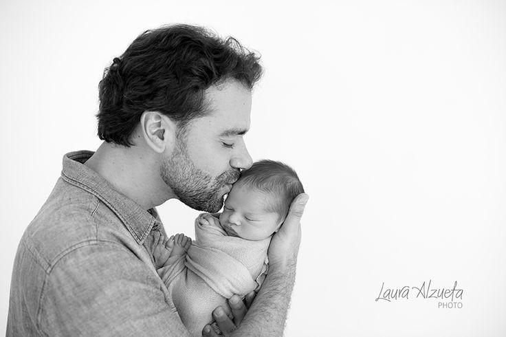 fotos newborn, bebe com pai, newborn photography, baby and dad, fotos de familia, familia, baby boy.  O ensaio newborn é um momento especial na vida e deve ser realizado nas 3 primeiras semanas do bebê.   A cada ensaio newborn que faço fico mais fascinada com a beleza destes pequenos bebês. Os retratos de família são a memória viva da nossa infância e isso sempre me marcou. As crianças adoram se ver nelas, pequenininhos nos braços de seus pais. É como se sentissem todo o amor que havia ao…