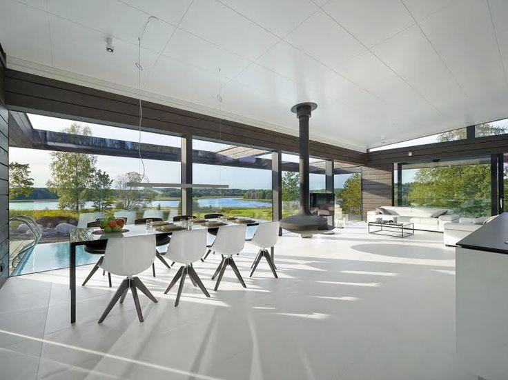 Villa Olon avoin sisätila kutsuu luonnon osaksi sisustusta. Pelkistetyn puhdas värimaailma antaa vuodenaikojen myötä muuttuvan maiseman olla pääosassa. www.honkatalot.fi  #habitare2016 #design #sisustus #messut #helsinki #messukeskus